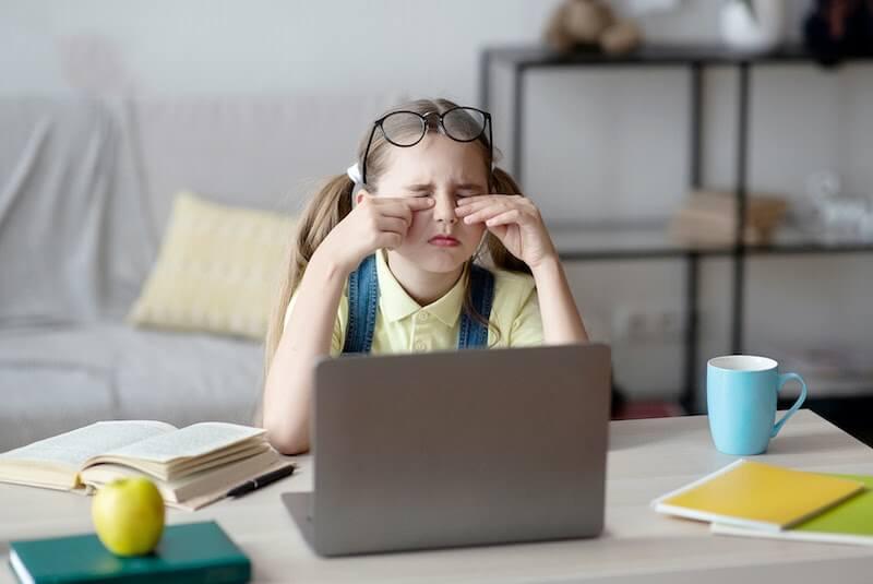 Trẻ hay dụi mắt và chảy nước mắt khi thiếu hụt vitamin a