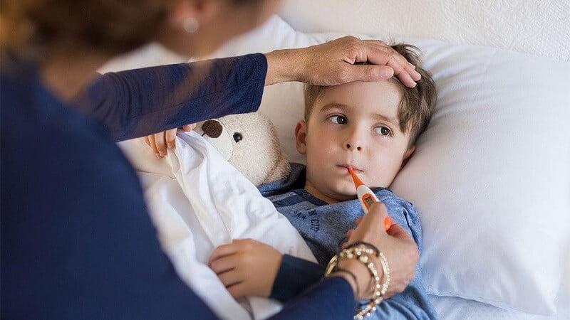 Sau khi uống vitamin A, trẻ có thể sốt, nôn, tiêu chảy, quấy khóc trong 1 – 2 ngày