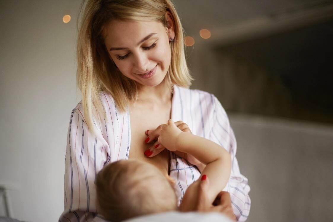 Cho trẻ sơ sinh uống vitamin D3 ngay trước hoặc trong bữa bú buổi sáng