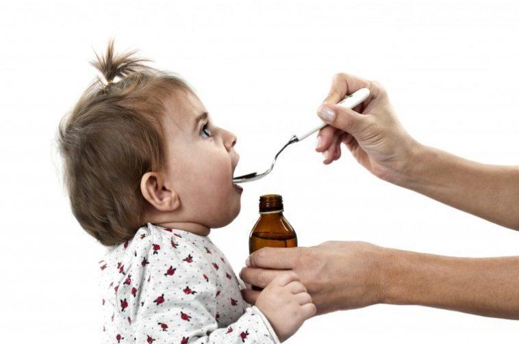 Trẻ biếng ăn và ốm mệt kéo dài nên uống bổ sung vitamin C và D hàng ngày