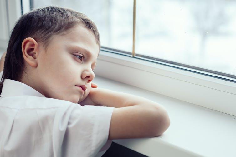 Mệt mỏi, xanh xao, u sầu là một biểu hiện thiếu vitamin C ở trẻ em