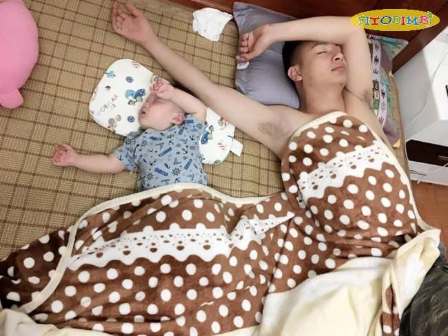 Bé ngủ tư thế giống bố