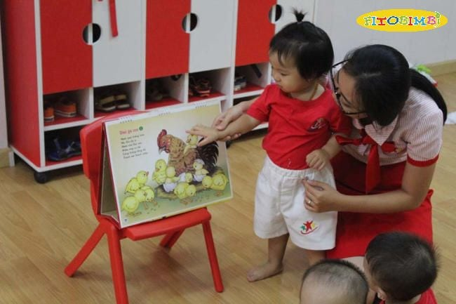 Cho trẻ đọc sách, nói chuyện với trẻ thường xuyên