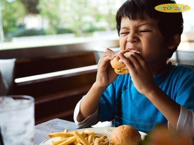 Hạn chế cho bé ăn đồ ăn vặt