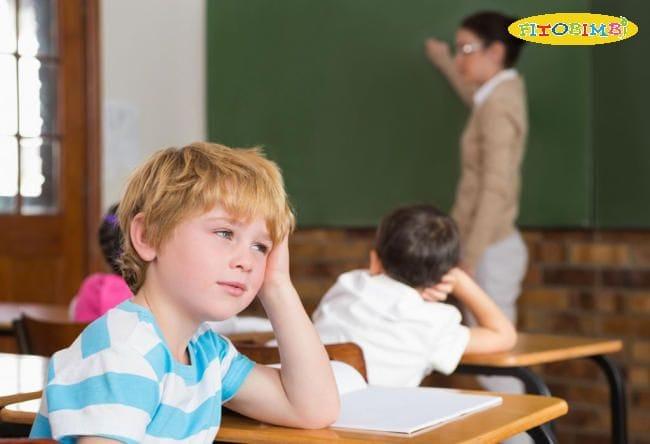 Trẻ ADHD thường hay mất tập trung, mơ màng nhìn ngoài cửa sổ