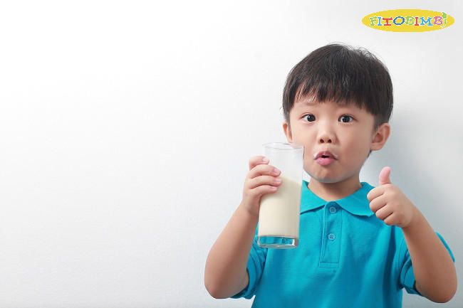 Trẻ chậm nói uống sữa để bổ sung thêm dưỡng chất