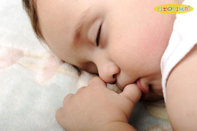 Tư thế ngủ mút tay thể hiện sự thông minh