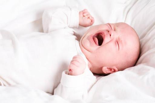Khóc thét từng cơn, không dỗ được là dấu hiệu nguy hiểm báo động xuất huyết não ở trẻ sơ sinh