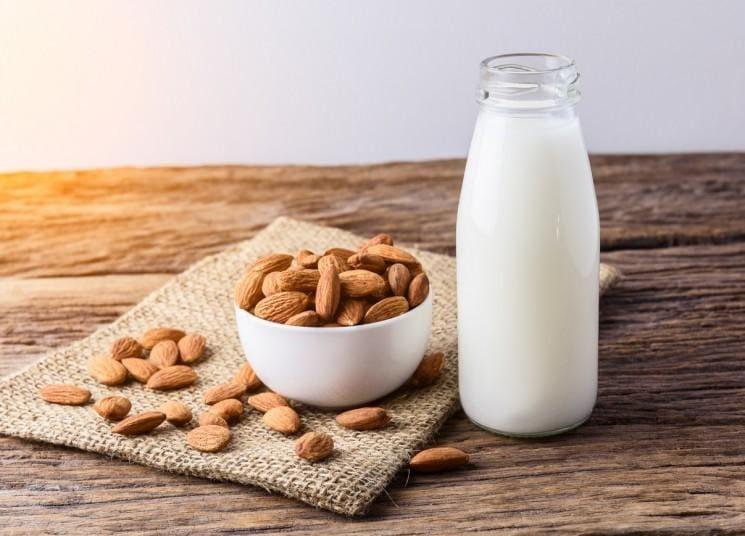 Có rất nhiều canxi trong hạt hạnh nhân khô và sữa hạnh nhân