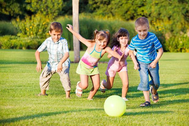 Bổ sung canxi cho trẻ đúng cách bằng cách kết hợp với tắm nắng và vận động thể lực
