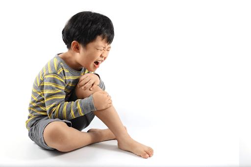 Chuột rút và đau sâu trong xương ở cẳng chân, cẳng tay là dấu hiệu nhận biết trẻ thiếu canxi