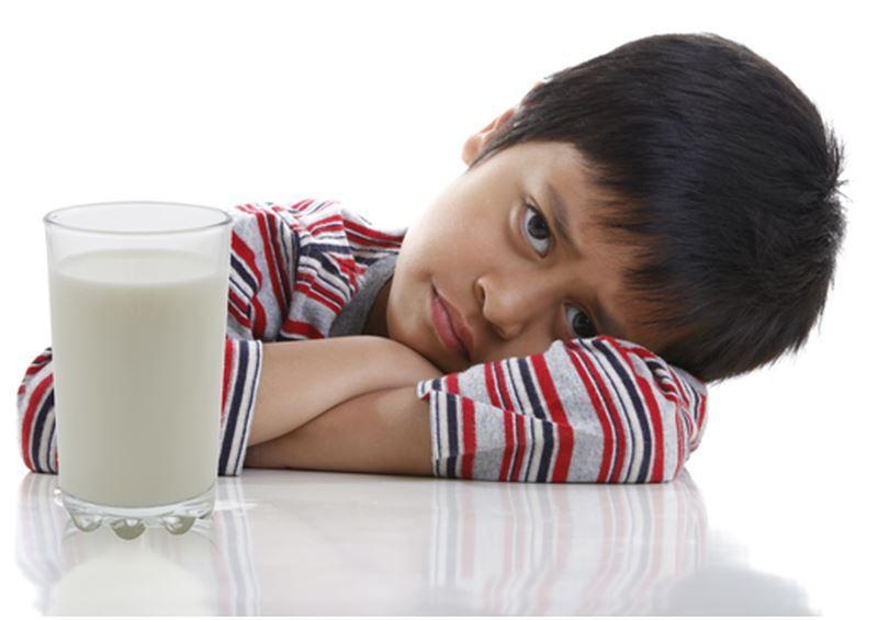 Trẻ lười uống sữa có nguy cơ cao bị thiếu canxi