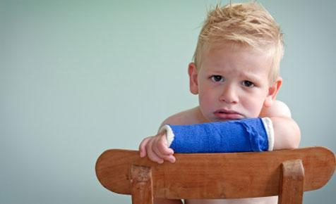 Gãy xương và chậm liền xương là hậu quả nghiêm trọng khi trẻ thiếu canxi