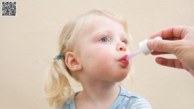 Cho trẻ uống vitamin định kỳ hoặc hàng ngày cũng biện pháp hiệu quả