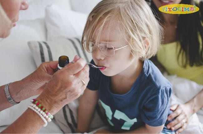 Trẻ có thể được cho uống thuốc giảm đau, hạ sốt khi cần thiết