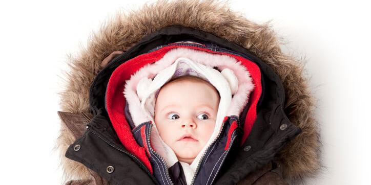 Khi bị nóng, trẻ sẽ vã mồ hôi và cựa quậy nhiều, khiến vùng tóc sau gáy dễ rụng