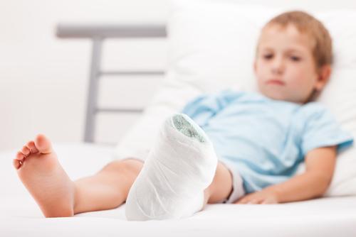 Trẻ thiếu canxi có nguy cơ cao bị gãy xương và chậm liền xương