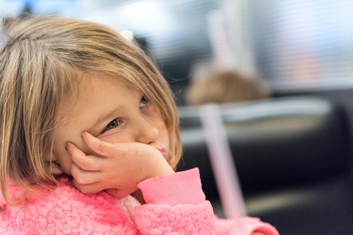 Trẻ thiếu sắt thường mệt mỏi, buồn ngủ, da xanh xao và tóc dễ gãy rụng