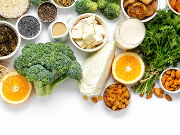 Phụ nữ đang cho con bú nên ăn nhiều thực phẩm giàu canxi và vitamin D