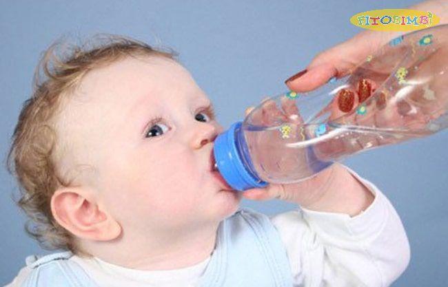 Bổ sung nước cho bé