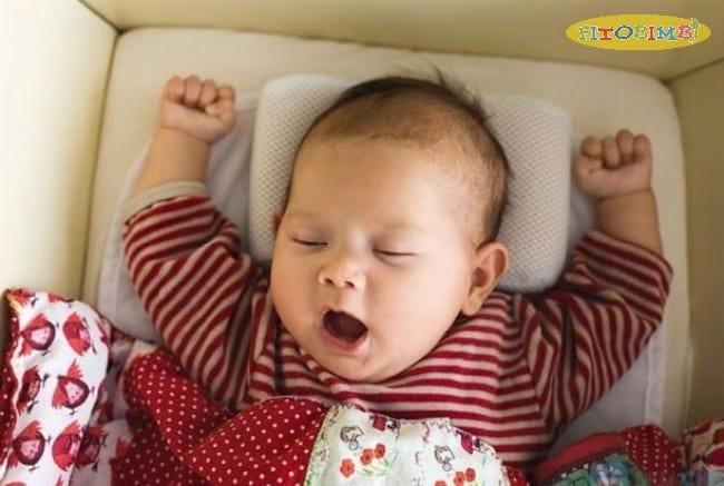 Kê gối cao cho bé khi ngủ để giảm tình trạng sổ mũi