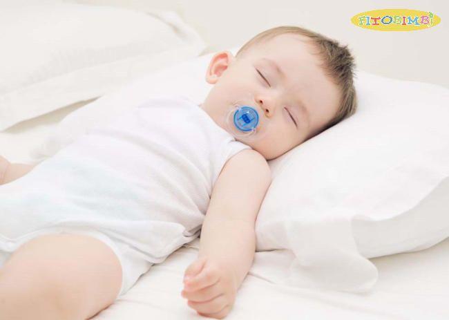 Nâng cao gối cho trẻ khi ngủ