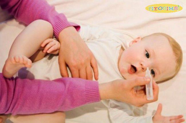 Nhỏ nước muối sinh lý cho trẻ hết sổ mũi