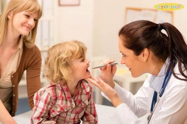 Trẻ bị viêm amidan mạn tính có thể cần điều trị bằng phương pháp phẫu thuật