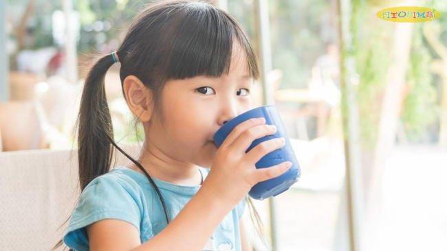 Trẻ bị viêm amidan thường đau khi nuốt, nhưng uống đủ nước rất quan trọng
