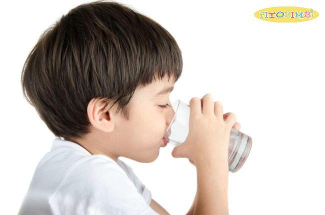 Trẻ bị viêm phổi nên uống nhiều nước