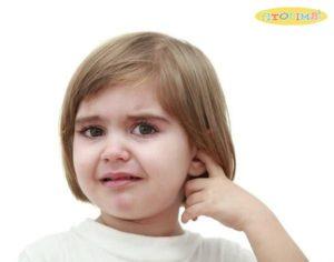 Trẻ bị viêm tai giữa thường khóc và khó chịu do đau