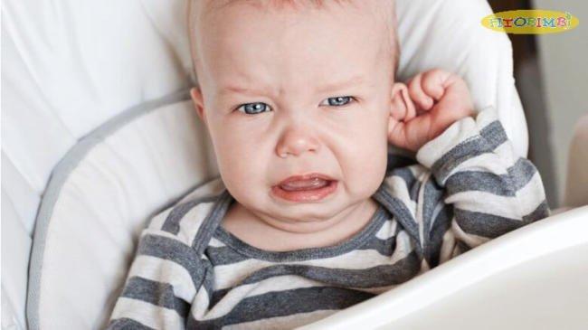 Trẻ bị viêm tai ngoài gây đau, ngứa cho trẻ