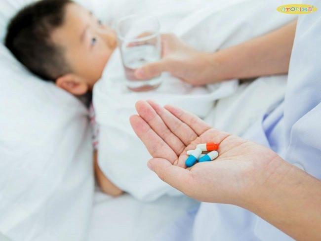 Trẻ viêm họng sốt uống thuốc gì? Kháng sinh được dùng để điều trị viêm họng do vi khuẩn