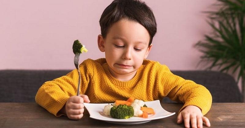 Biểu hiện thiếu kẽm dễ nhìn nhất là trẻ lười ăn