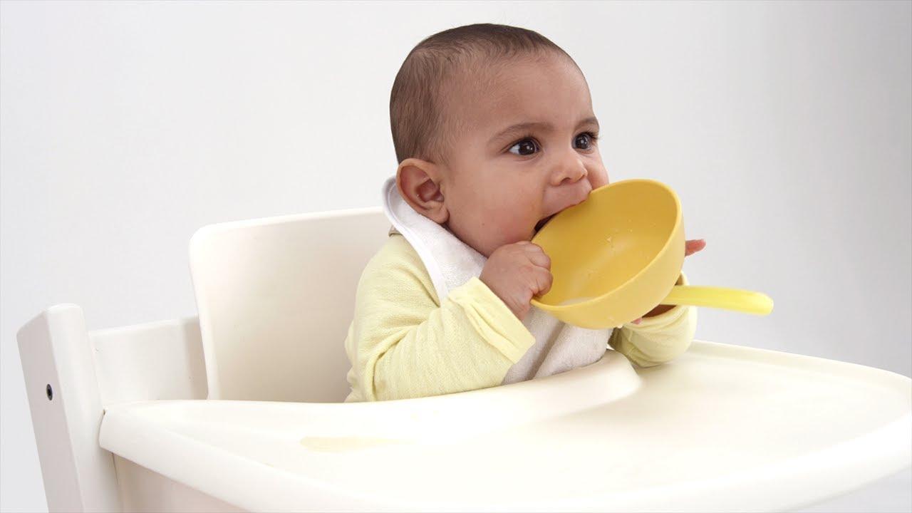 Đói bụng cũng sẽ khiến con quấy khóc và không chịu ngủ