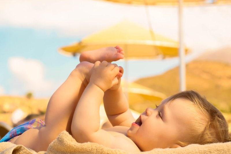 Tắm nắng khoảng 15 phút mỗi ngày để trẻ hấp thụ Vitamin D