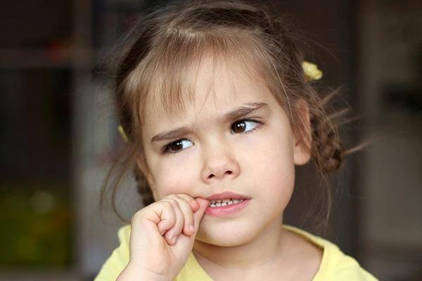 Trẻ nhỏ thích cắn móng tay để giải tỏa tâm trạng