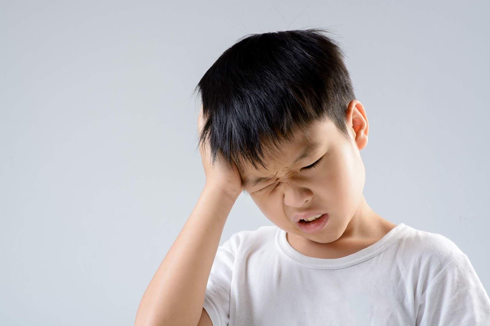 Khi căng thẳng các con thường cắn móng tay để giảm bớt áp lực