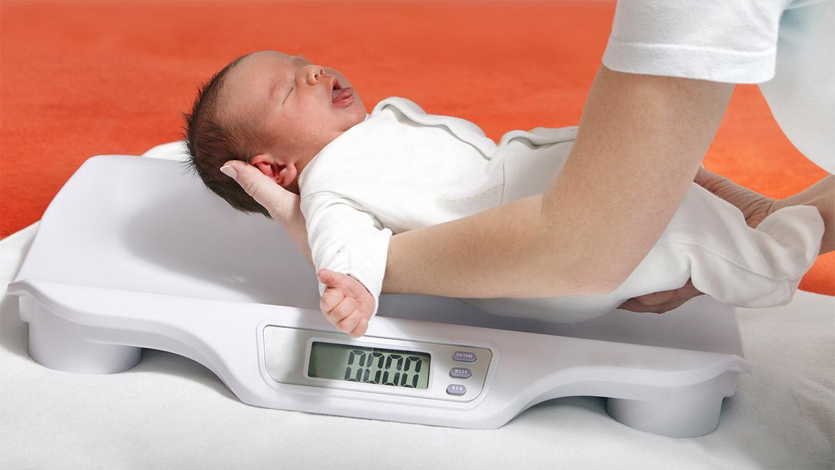 Bị sút cân là dấu hiệu thường thấy ở trẻ sơ sinh thiếu sắt