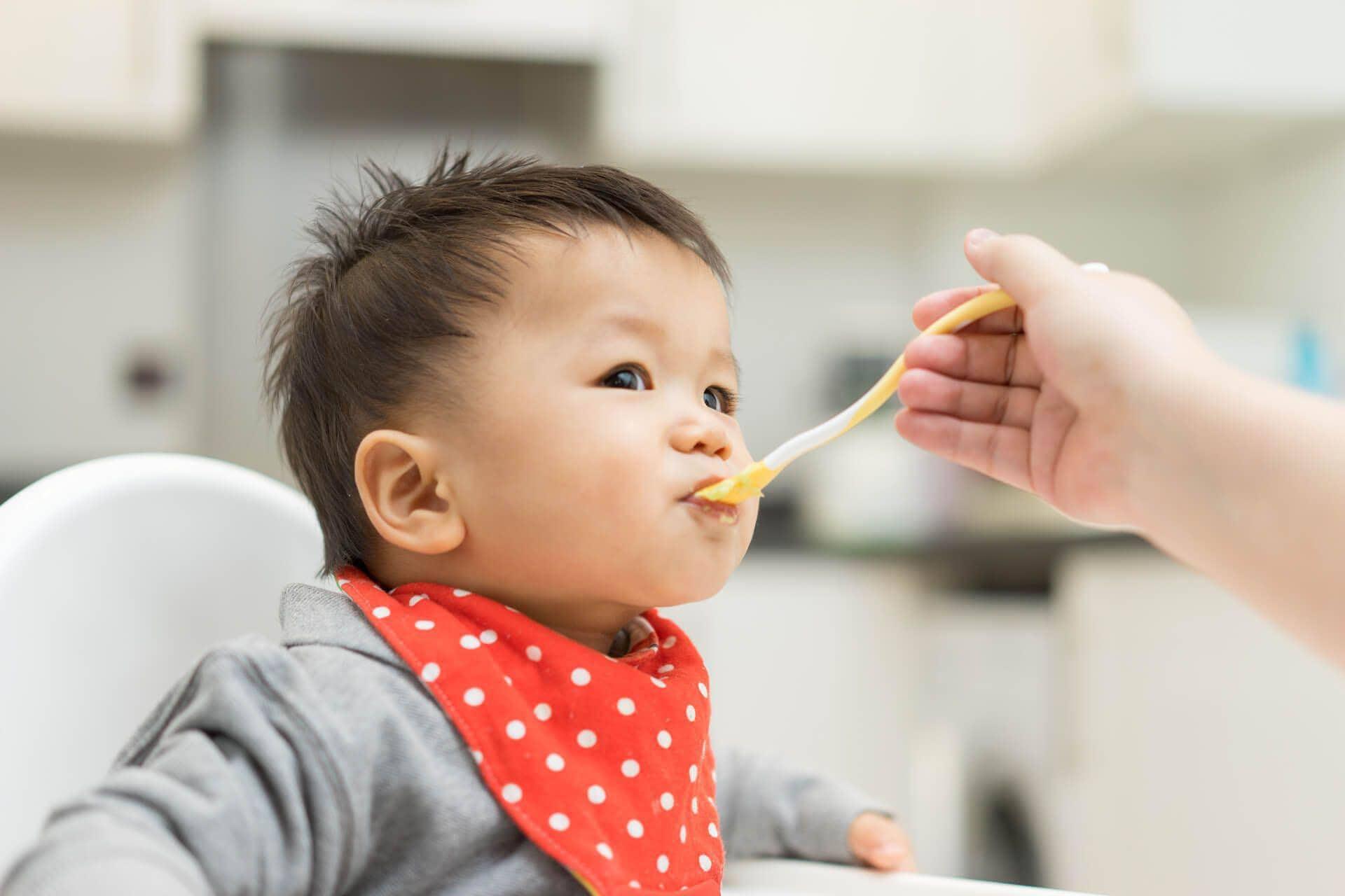 Cho bé ăn thực phẩm giàu sắt để cải thiện thiếu máu
