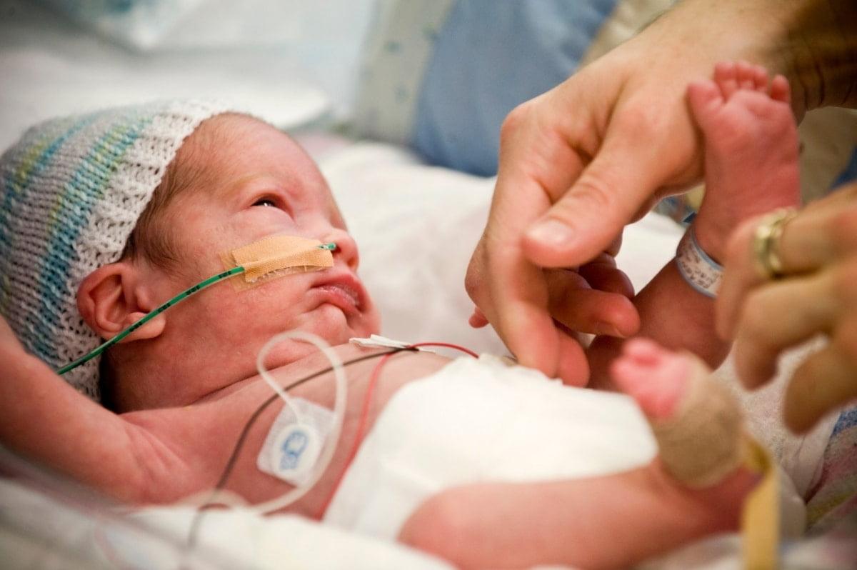 Trẻ có thể được truyền máu để cung cấp lượng lớn hồng cầu
