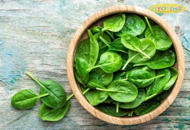 Xay nhuyễn rau bina và bông cải xanh