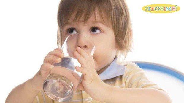 Cho trẻ uống nhiều nước để làm loãng đờm và dịu họng