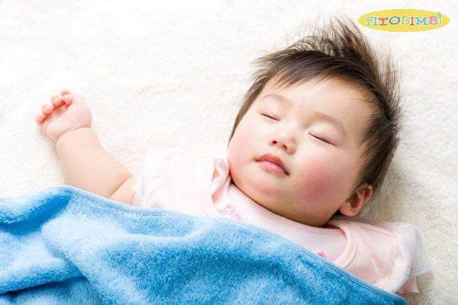 Nâng cao đầu cho bé khi ngủ