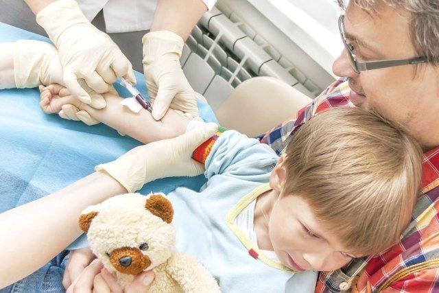 Trẻ sẽ được lấy máu thường xuyên khi thừa sắt