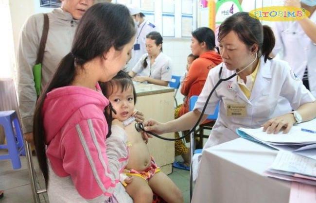 Trẻ bị viêm phổi nặng cần điều trị tại bệnh viện